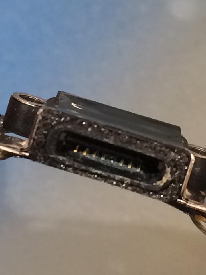 iPhoneの電源コネクターの腐食